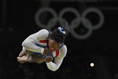 2016 Rio Olympics - Artistic Gymnastics - Final - Women's Individual All-Around Final - Rio Olympic Arena - Rio de Janeiro, Brazil - 11/08/2016. Simone Biles (USA) of USA competes on the vault during the women's individual all-around final. REUTERS/Dylan Martinez TPX IMAGES OF THE DAY. FOR EDITORIAL USE ONLY. NOT FOR SALE FOR MARKETING OR ADVERTISING CAMPAIGNS.