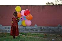 A young girl sells balloons by the Yamuna River on the last day of the ten-day-long Ganesh Chaturthi festival in Delhi, India, September 15, 2016. REUTERS/Cathal McNaughton TPX IMAGES OF THE DAY