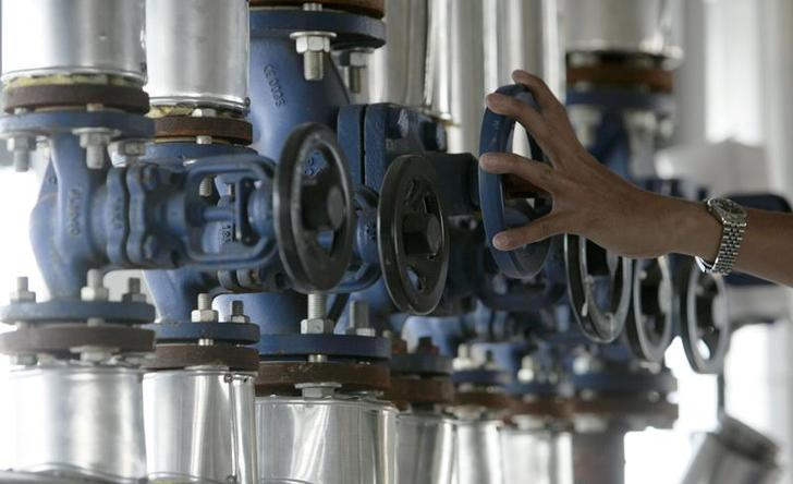 A worker installs a biodiesel producing machine in Petchaburi province, 123 km (76 miles) south of Bangkok, January 14, 2008. Demand on biodiesel as a alternative fuel jumped as oil prices surged, pushing crude palm oil prices higher as it is used as a raw material for maing biodiesel. The government has had to allow the import of crude palm oil for the first time in a decade to soften domestic prices. Picture taken January 14, 2008. REUTERS/Sukree Sukplang (THAILAND)