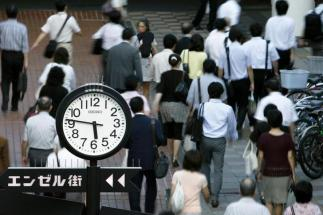 People walk towards a train station in Tokyo August 4, 2009. REUTERS/Stringer (JAPAN BUSINESS EMPLOYMENT)