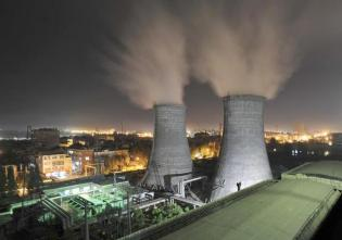 A general view shows a coal-burning power station at night in Xiangfan, Hubei province September 15, 2009. China needs huge flows of clean technology investment to maintain hope of keeping greenhouse gas emissions below levels that could help push the planet deep into dangerous global warming, a Beijing energy think-tank has said. Picture taken September 15, 2009. REUTERS/Stringer (CHINA BUSINESS ENVIRONMENT) CHINA OUT. NO COMMERCIAL OR EDITORIAL SALES IN CHINA