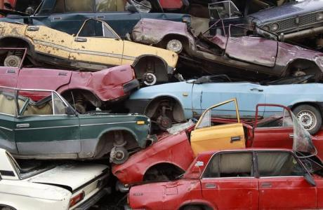 Scrapped automobiles are piled up at Vtormet industrial company, in the Moscow suburb town of Lyubertsy, June 16, 2010. The scrappage programme awards car-owners 50,000 roubles ($1,718) to trade in vehicles 10 years or older for a new Russia-produced model. It has been a big success in achieving its aim: boosting production at Russian car factories, including assembly plants operated by the likes of Renault and Ford as well as Russian makers, who shut down their lines last year. Picture taken June 16, 2010. To match FEATURE RUSSIA-AUTOS/SCRAPPAGE REUTERS/Sergei Karpukhin (RUSSIA - Tags: TRANSPORT BUSINESS POLITICS)