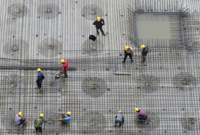Labourers install steel bars on the foundation of a residential construction site in Shenyang, Liaoning province June 29, 2010. REUTERS/Sheng Li (CHINA - Tags: BUSINESS CONSTRUCTION IMAGES OF THE DAY)