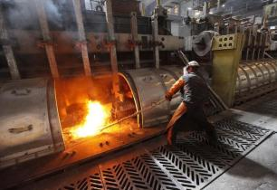 A worker operates an electrolysis furnace, which produces aluminium from raw materials, at the Rusal Krasnoyarsk aluminium smelter in the Siberian city of Krasnoyarsk, May 18, 2011. The Krasnoyarsk smelter accounts for 24% of aluminium production in Russia and for 2.5% of global output, according to the company. REUTERS/Ilya Naymushin (RUSSIA - Tags: BUSINESS)
