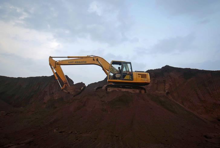 An excavator operator waits for trucks to be loaded with iron ore at the Bedara Bhommanahalli (BBH) iron ore mines at Chitradurga in the southern Indian state of Karnataka November 9, 2012. India's efforts to clamp down on illegal mining have handed a $15 billion lifeline to global iron ore giants, and there could be more to come. Steps taken by central and state authorities to clean up the mining and export of iron ore have shut down output in two key producing states, slashing shipments and forcing steel mills to import a raw material the country has in abundance. Picture taken November 9, 2012. REUTERS/Danish Siddiqui (INDIA - Tags: ENERGY BUSINESS POLITICS COMMODITIES)