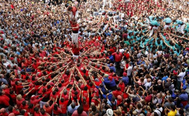 """""""Castellers de Barcelona"""" form a human tower during a demonstration at the festival of the patron saint of Barcelona """"The Virgin of Mer?cy"""" at Sant Jaume square in Barcelona September 24, 2014 . REUTERS/Gustau Nacarino (SPAIN - Tags: SOCIETY TPX IMAGES OF THE DAY)"""