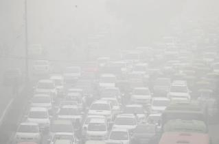 Vehicles drive through heavy smog in Delhi, India, November 8, 2017. REUTERS/Cathal McNaughton