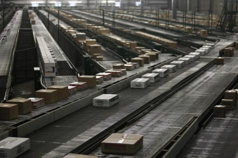 Boxes move on a conveyor belt at a Wal-Mart Stores Inc company distribution center in Bentonville, Arkansas June 6, 2013. REUTERS/Rick Wilking (UNITED STATES - Tags: BUSINESS)