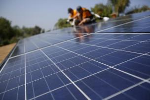 Vivint Solar technicians install solar panels on the roof of a house in Mission Viejo, California October 25, 2013. REUTERS/Mario Anzuoni (UNITED STATES - Tags: ENERGY)