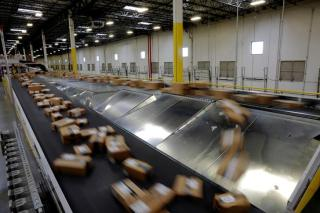 Packages travel along a conveyor belt to be shipped inside of an Amazon fulfillment centre in Robbinsville, New Jersey, U.S., November 27, 2017. REUTERS/Lucas Jackson