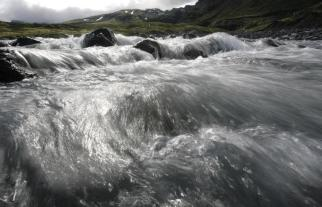 Water flows from melting icebergs of Oraefajokull's Vatnajokull glacier near Skaftafell, about 360 km (223 miles) from capital Reykjavik, May 31, 2008. The glacier is located in southeast Iceland and is the largest in Europe. REUTERS/Ints Kalnins (ICELAND)
