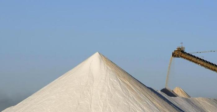 A stacker pours salt onto a stock pile at Rio Tinto's Dampier Salt Limited production facility at Port Hedland, about 1,600 km (960 miles) north of Perth, May 27, 2008. Picture taken May 27, 2008. REUTERS/Tim Wimborne (AUSTRALIA)